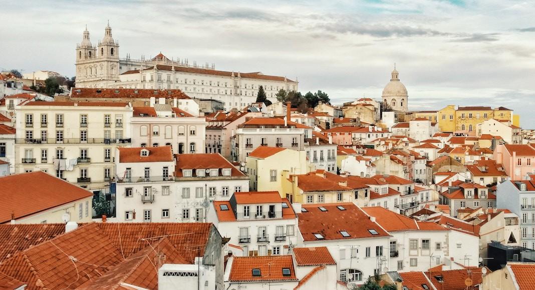 Tejados de casas y edificios en Lisboa, Portugal dentro de los 9 destinos de Europa que no pueden faltar en tu itinerario