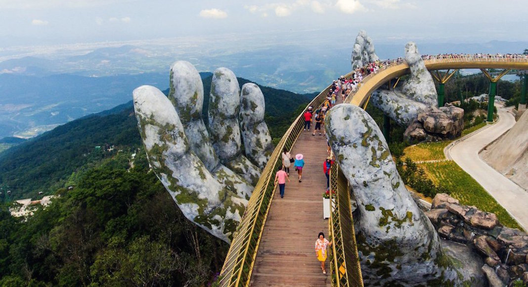 Puente de Vietnam que permite pasear entre dos gigantescas manos