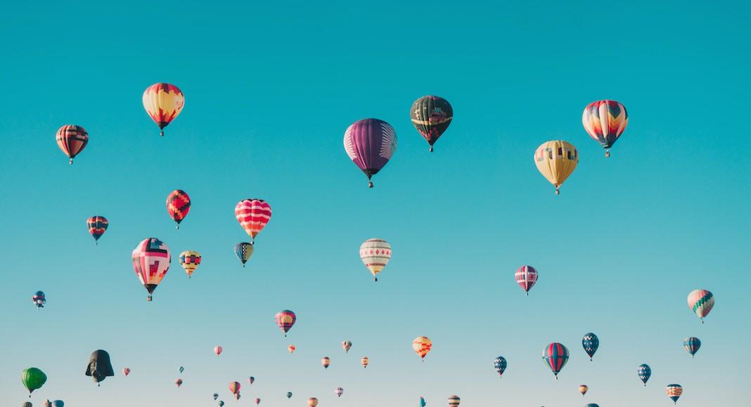 Globos volando en el Festival de Globos Aerostáticos de Albuquerque