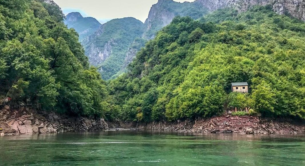 Lago verde en Imperdible de Albania
