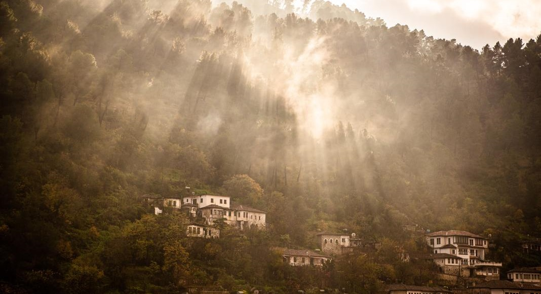Edificios con arboles al rededor en uno de los Imperdibles de Albania