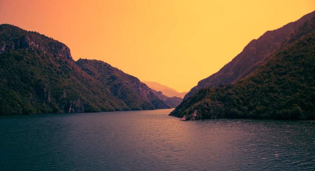 Mar entre montañas en Imperdible de Albania