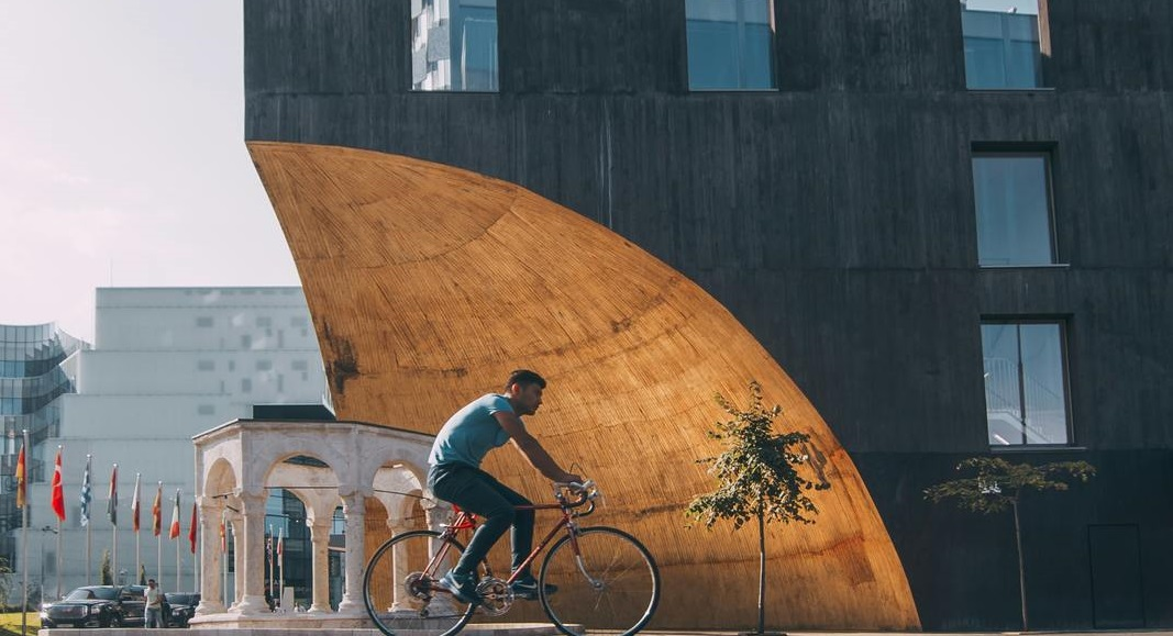 Hombre andando en bicicleta por Imperdible en Albania
