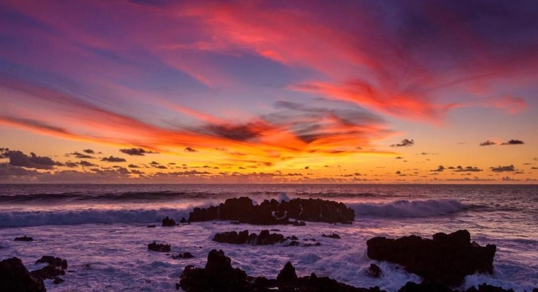Atardecer en la playa de Hanga Roa, Chile entre las 5 playas cálidas.
