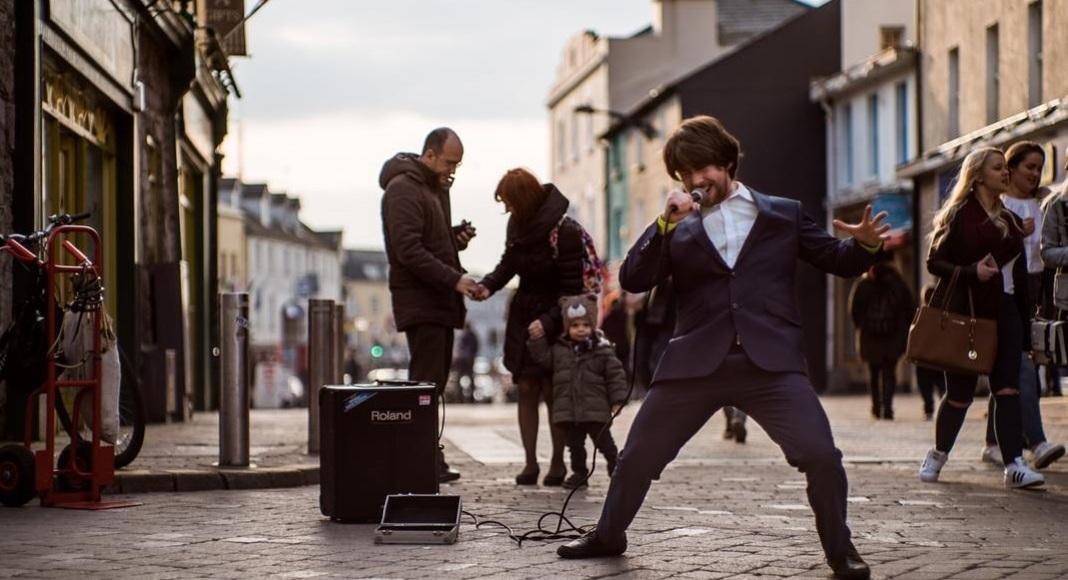 Hombre cantando en Barrio Latino, actividades imperdibles para descubrir Galway.