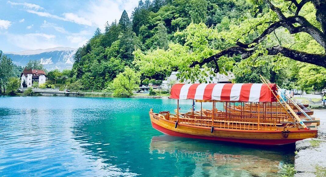Barco navegando en Bled, Eslovenia dentro de los 9 destinos de Europa que no pueden faltar en tu itinerario