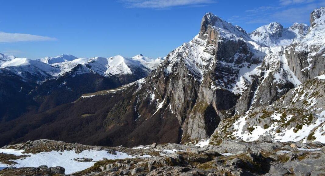 Picos de montañas en Cantabria, España dentro de los 9 destinos de Europa que no pueden faltar en tu itinerario
