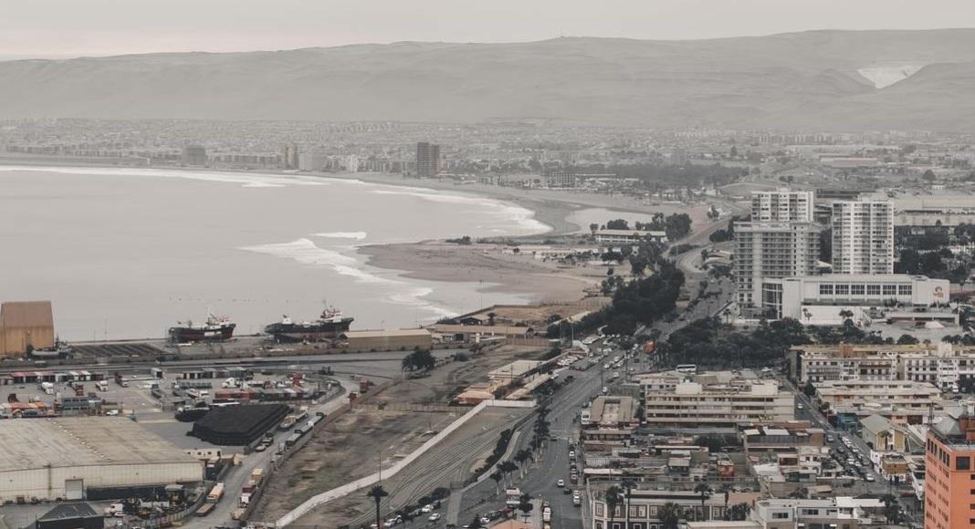 Ciudad bordeando el mar en Arica, Chile entre las 5 playas cáldas.