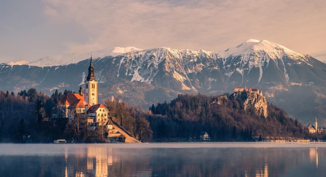 Lago con montañas de fondo en Bled, Eslovenia.