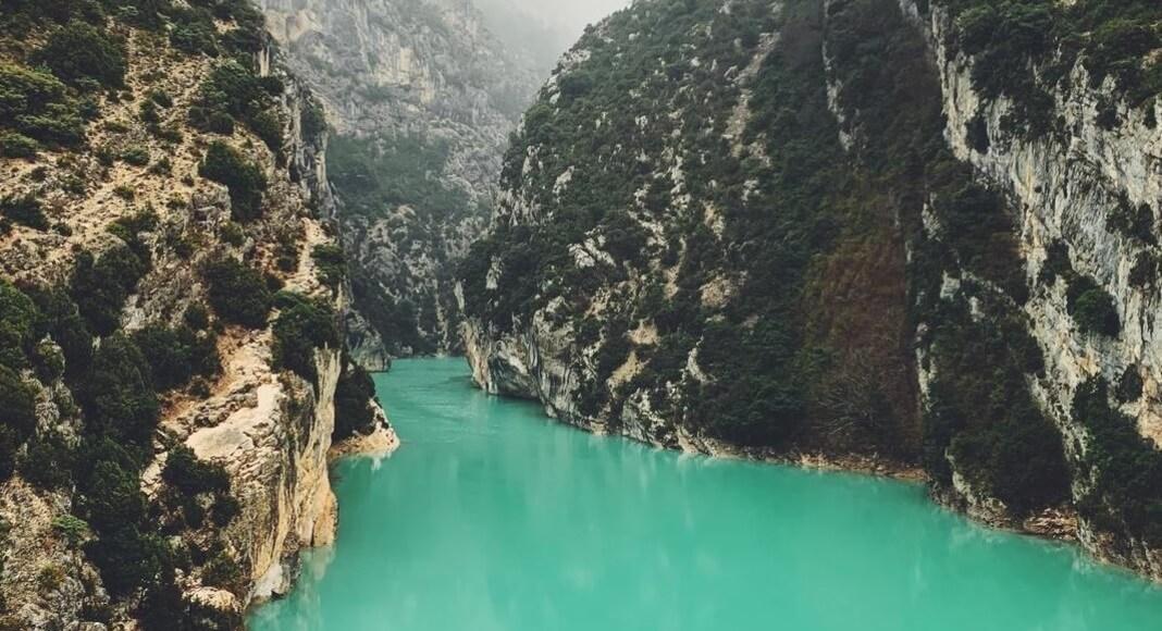 Lago turquesa en Provenza, Francia dentro de los 9 destinos de Europa que no pueden faltar en tu itinerario