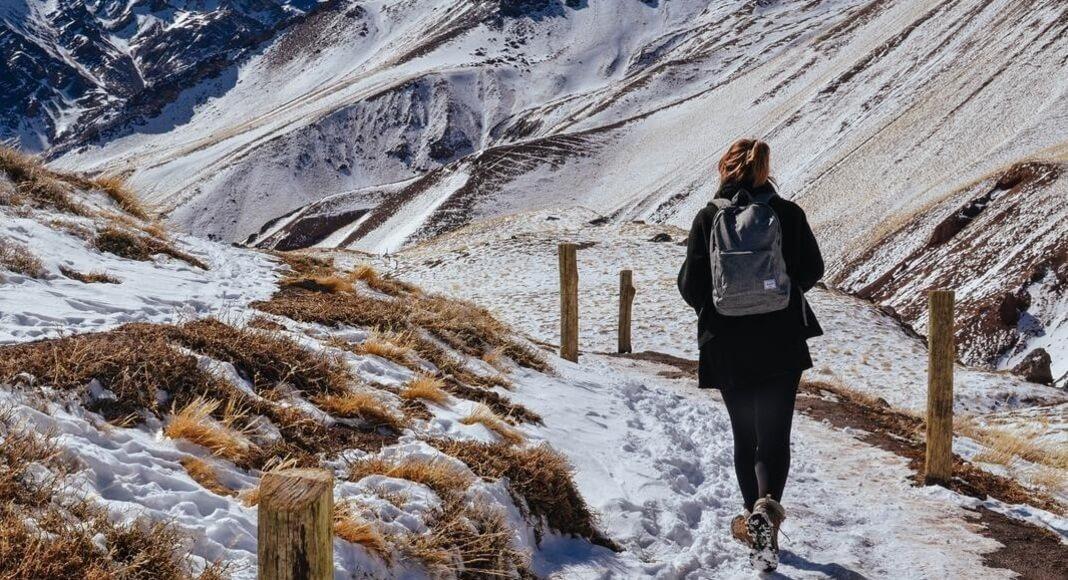 Mujer realizando trekking en el Aconcagua, Mendoza.