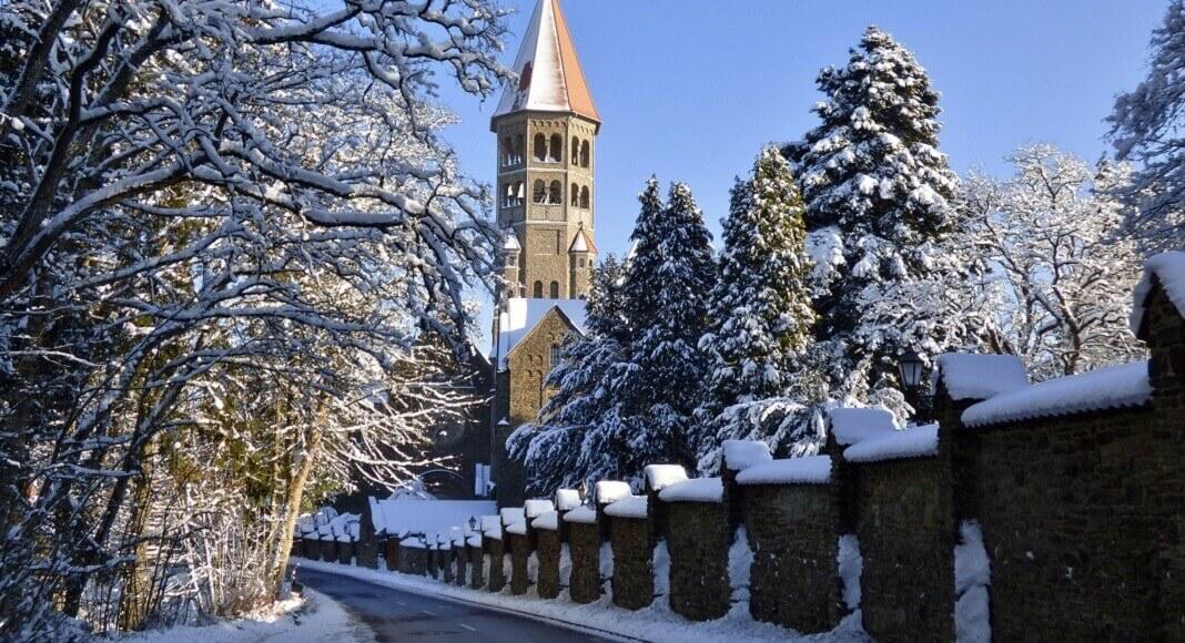 Vereda con torre al final. Destinos populares de Luxemburgo.