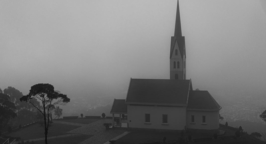 Iglesia con niebla en Pueblos Embrujados