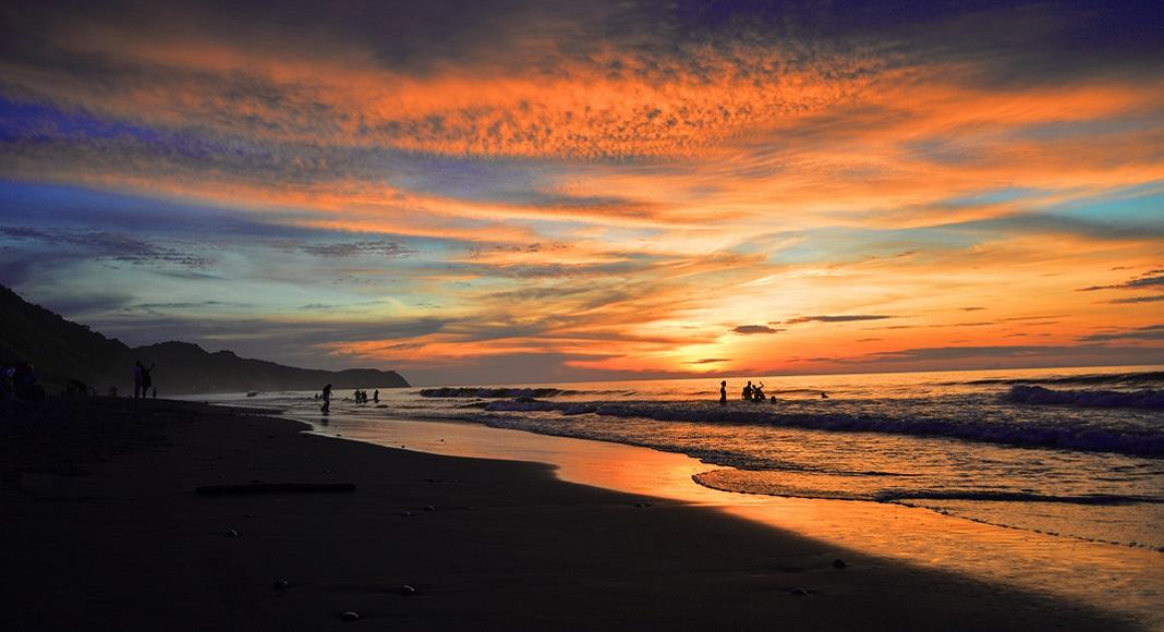 Atardecer en playa de Ecuador