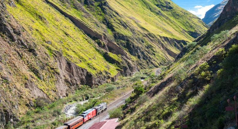 tren entre montañas