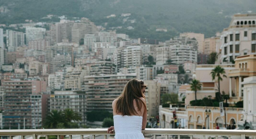 Mujer en mirador. Qué ver en Mónaco